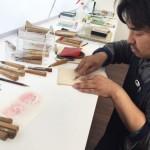 小崎先生が彫り方見本を見せてくださいました